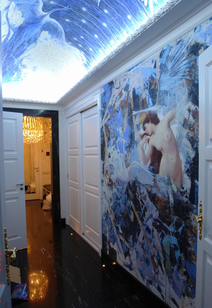В коридоре купольный потолок и стена расписаны художником. Благодаря бело-голубой гамме помещение без окна выглядит светлым.