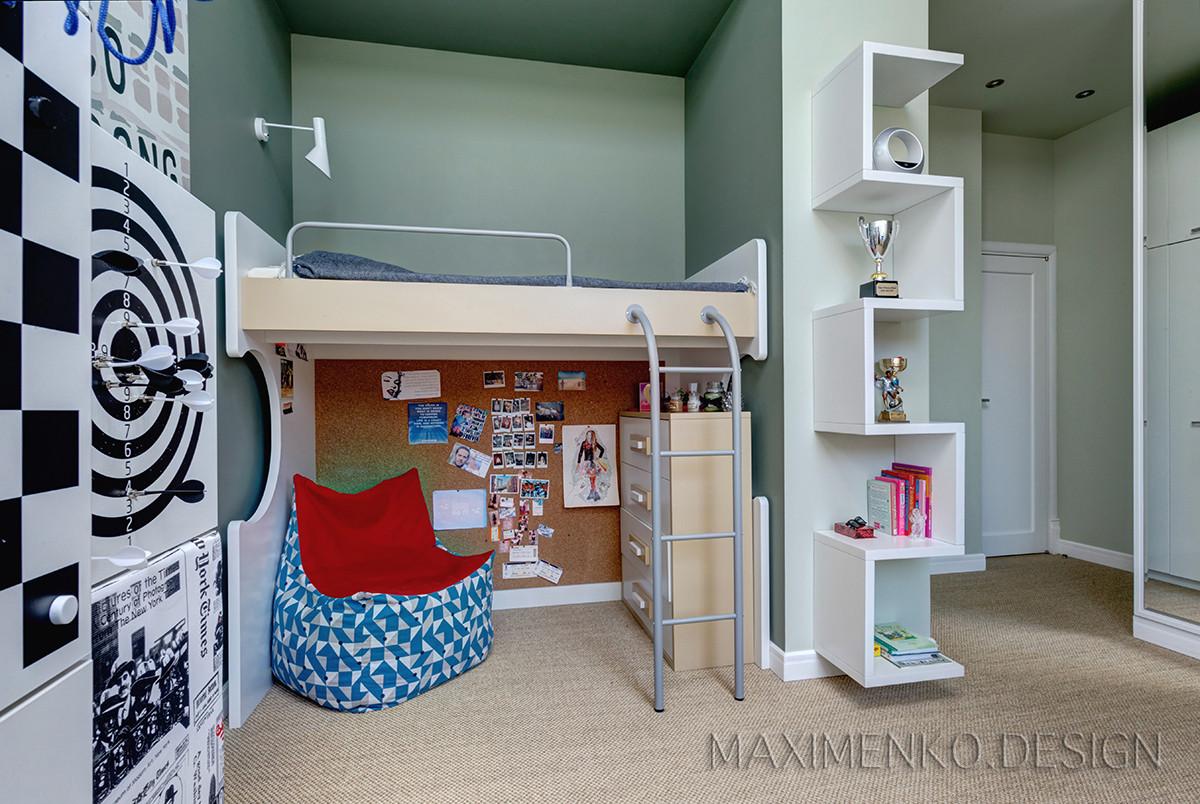 Спокойный оливковый цвет в сочетании с песочными оттенками разбавлен ярким шкафом с двойной функцией.