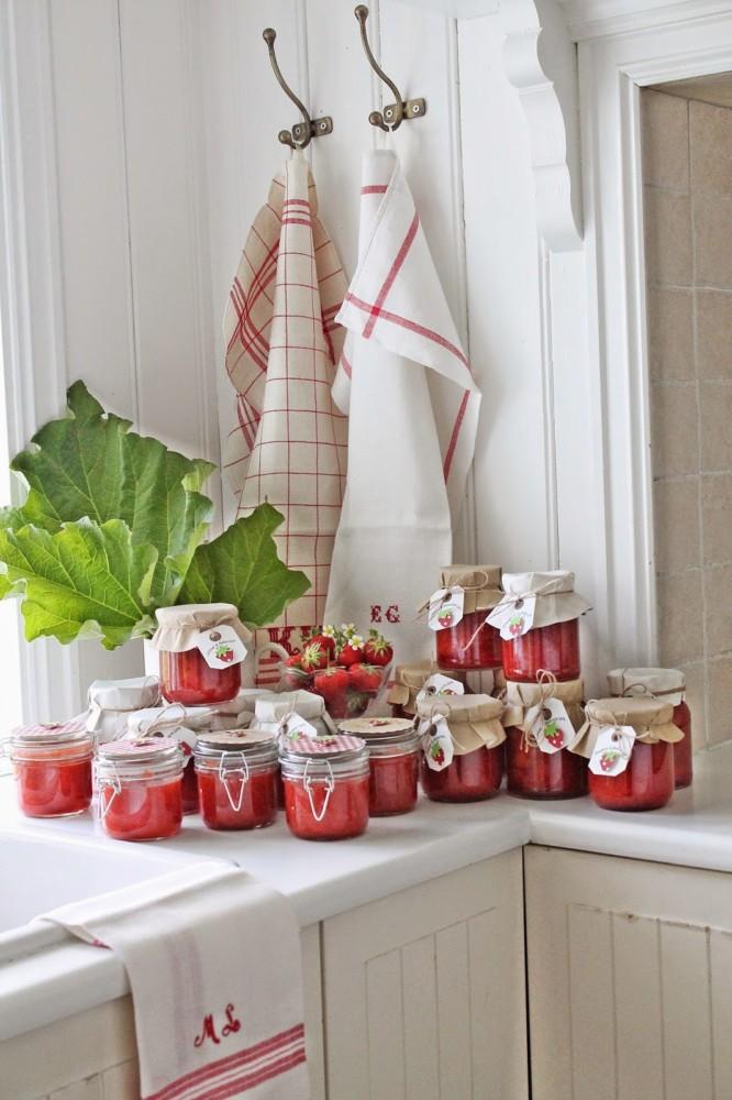 Кухня/столовая в  цветах:   Бежевый, Бордовый, Красный, Темно-зеленый.  Кухня/столовая в  стиле:   Скандинавский.