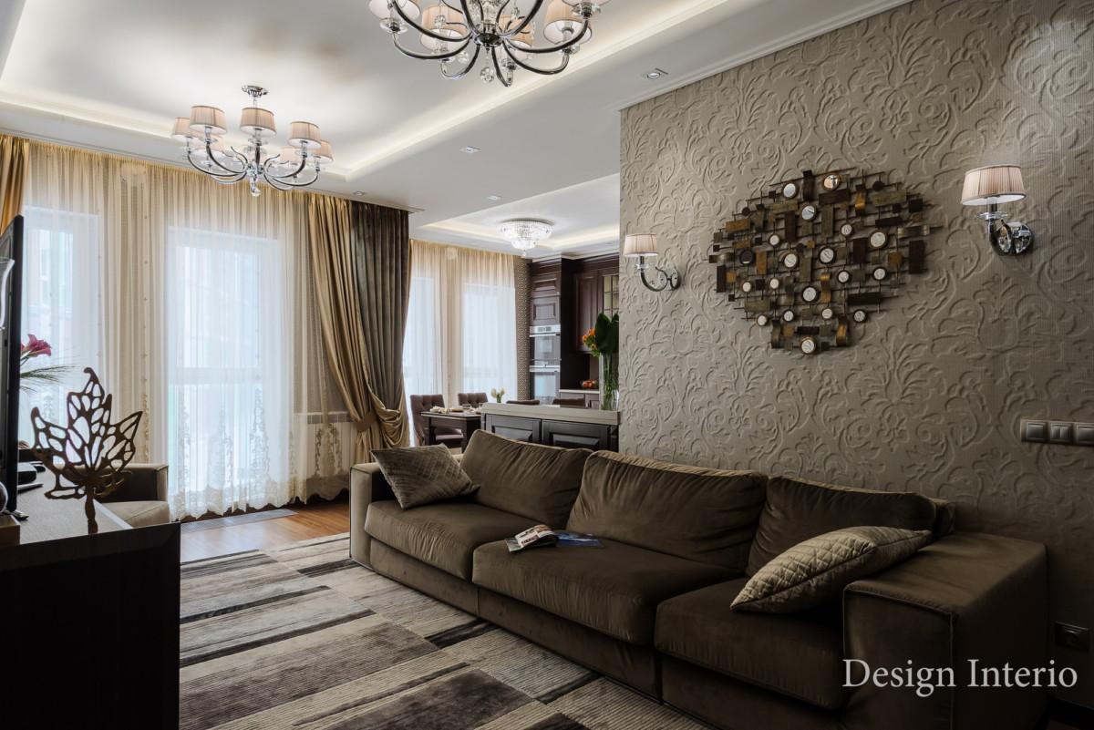Освещение в квартире потолочное, со встроенными светильниками и элементами закарнизного освещения.