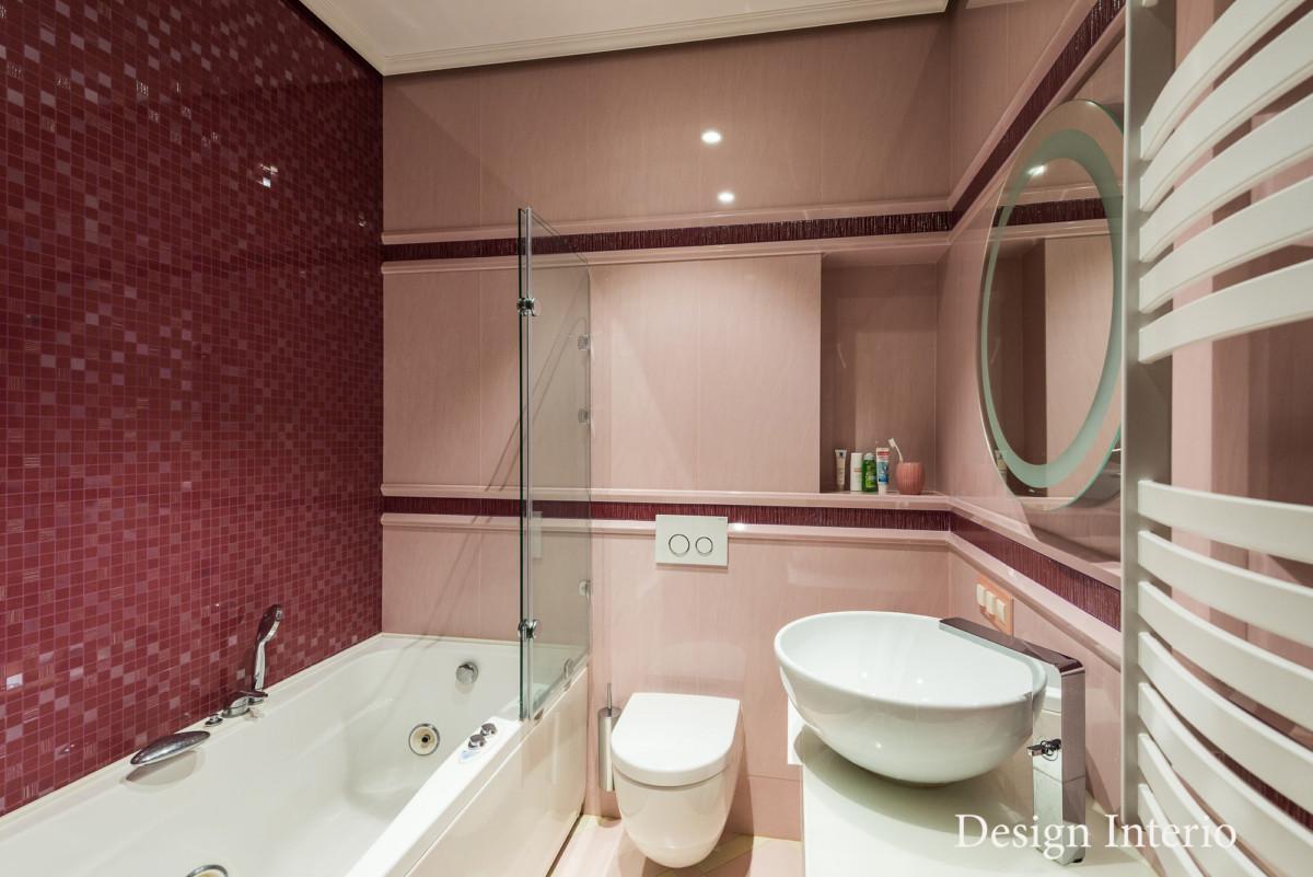 Стены туалетной комнаты для девочки подростка отделана керамогранитом итальянской компании Atlas Cancord.