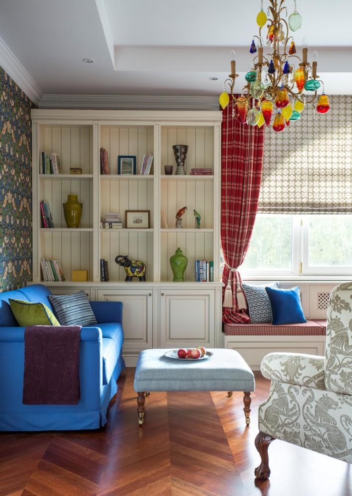 В детской необходимо большое количество полок — для книг и игрушек. Вокруг окна выстроена целая композиция из лавки и двух шкафов. Шкафы сделаны на заказ.