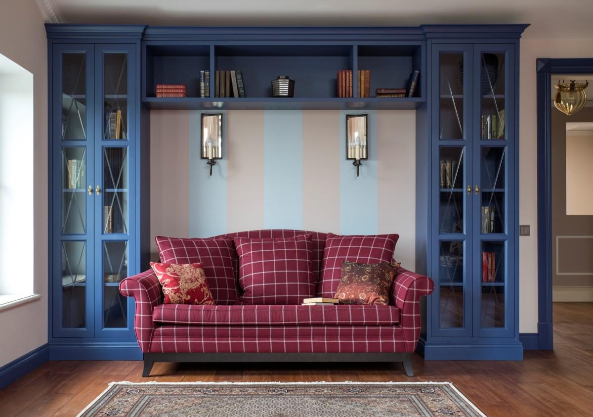 Библиотека в доме для большой семьи — признак родового гнезда.Насыщенный синий цвет настраивает на уединение и спокойный труд. Шкафы сделаны на заказ.