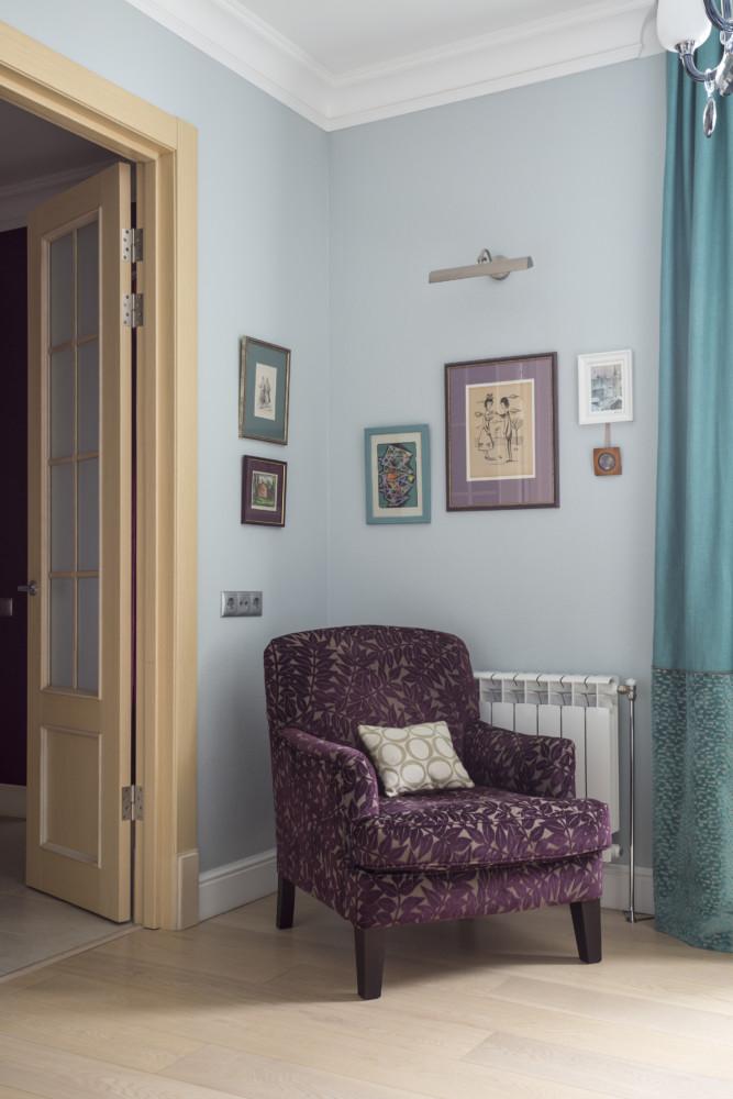 Вытянутая форма комнаты позволила разделить её на две зоны — гостиную и спальную.