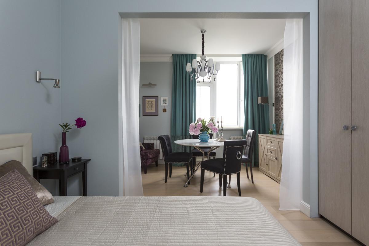 Яркий интерьер квартиры с кухней-камбузом и брусничными стенами