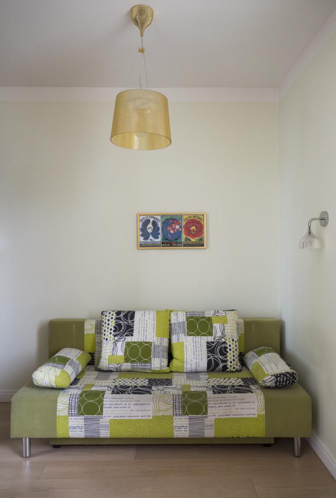 Над диваном постер из сериала «Друзья», фанатом которого стала дочь хозяев.