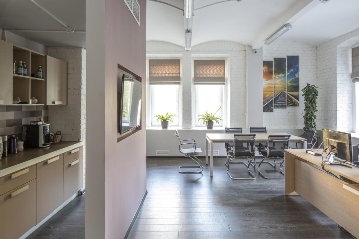 За перегородкой в переговорной комнате разместилась мини-кухня. Она изолирована от глаз посетителей, но снабжена всем необходимым.