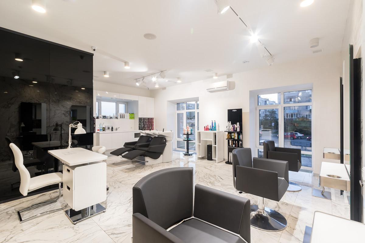 Общий вид парикмахерского зала. Важним аспектом в работе салона является правильно подобранное и размещенное осветительное оборудование.