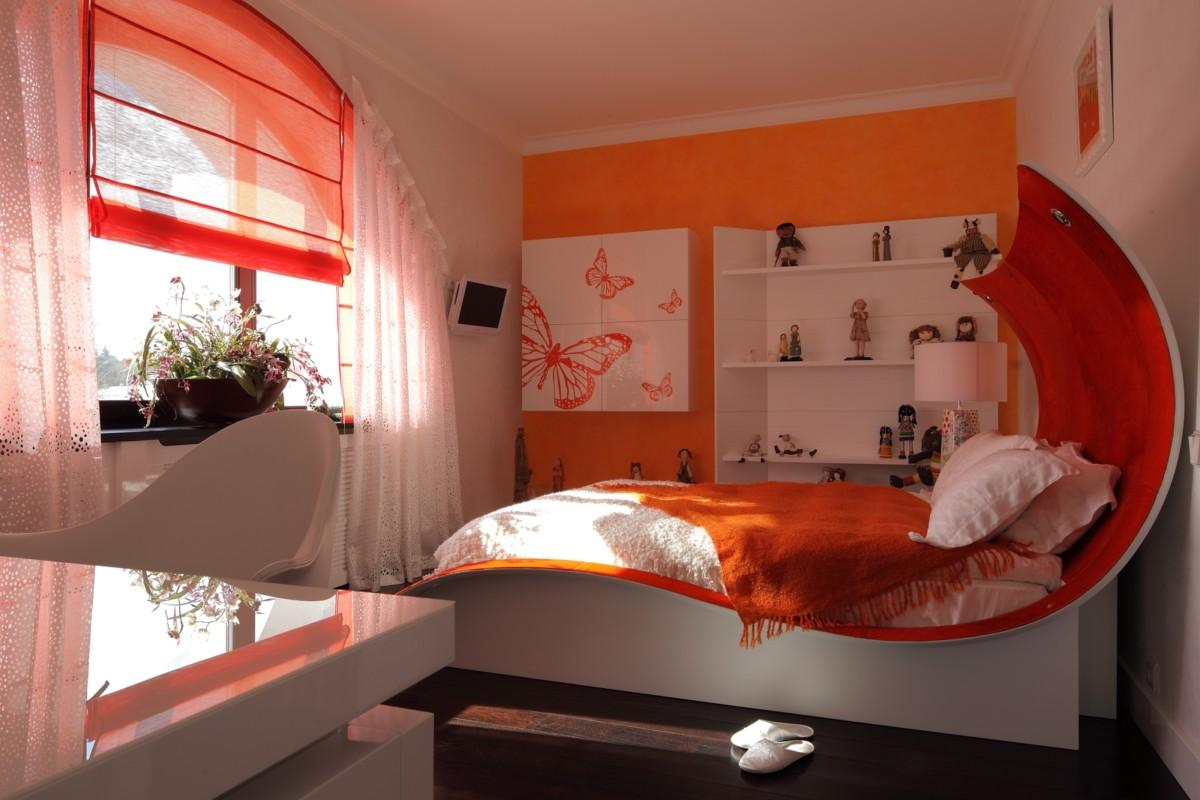 Единственный раз дизайнеры позволили себе отойти от общего концепта, создавая спальню дочери хозяев.