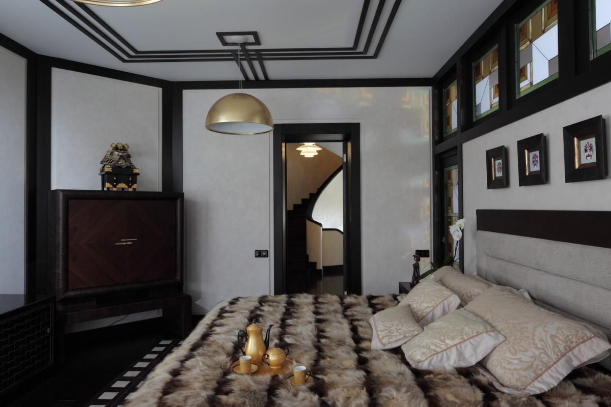 Центральное пространство второго этажа — спальня хозяев, воплощение элегантной роскоши. Здесь к главенствующему во всём доме каменно-деревянному решению добавляется ещё один этнический, кожаный акцент.