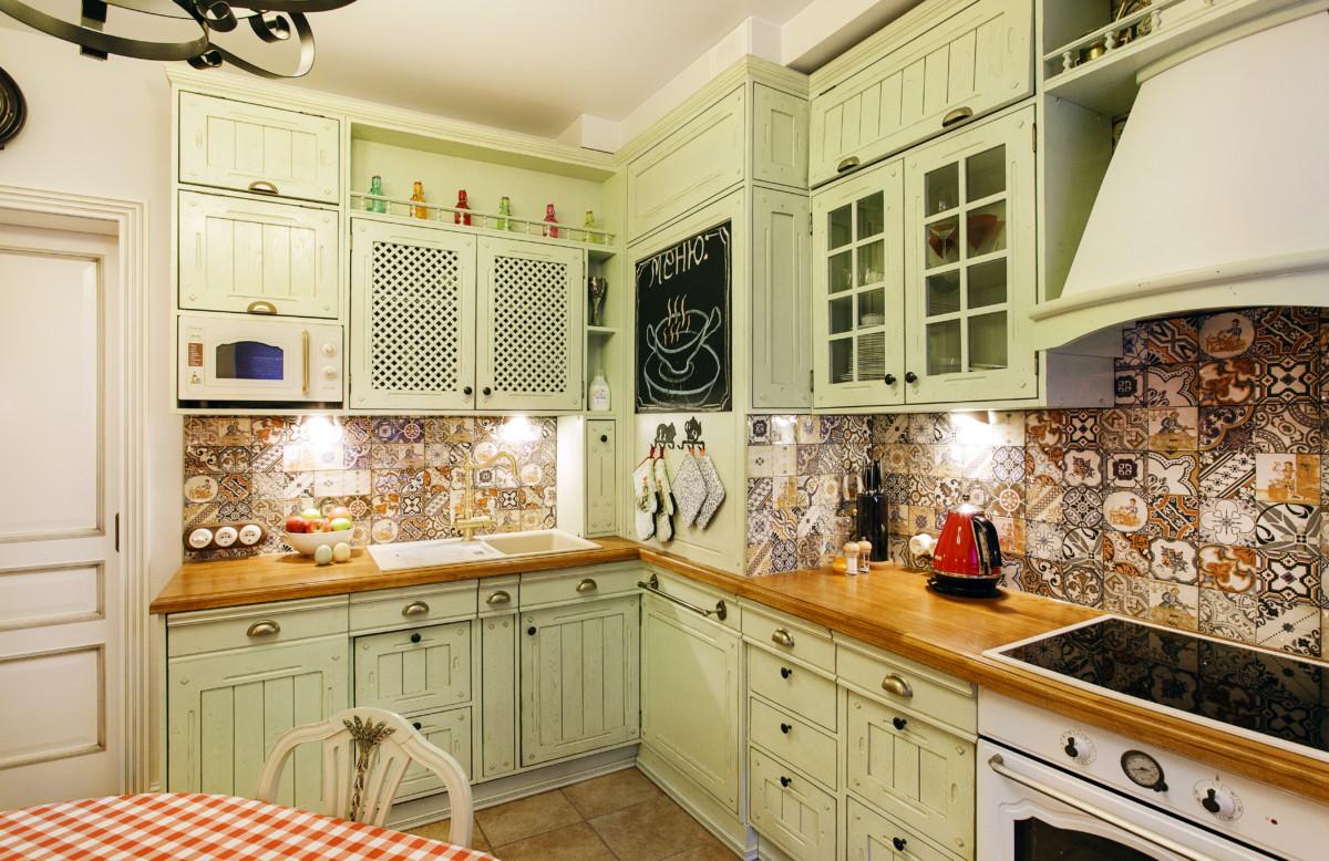 Кухня/столовая в  цветах:   Бежевый, Коричневый, Темно-коричневый.  Кухня/столовая в  стиле:   Неоклассика.