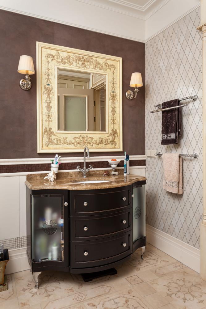 Плитка в санузлах собрана из разных коллекций (это фирменный стиль дизайнера). Мебель в ванной комнате — московской фабрики «Каприго».
