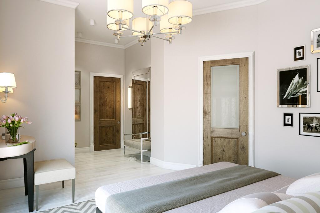 Светлые, спокойные тона. В отделке стен используются обои, на полу выбеленная доска. Венчает интерьер центральное освещение в виде изящной люстры с текстильными абажурами.