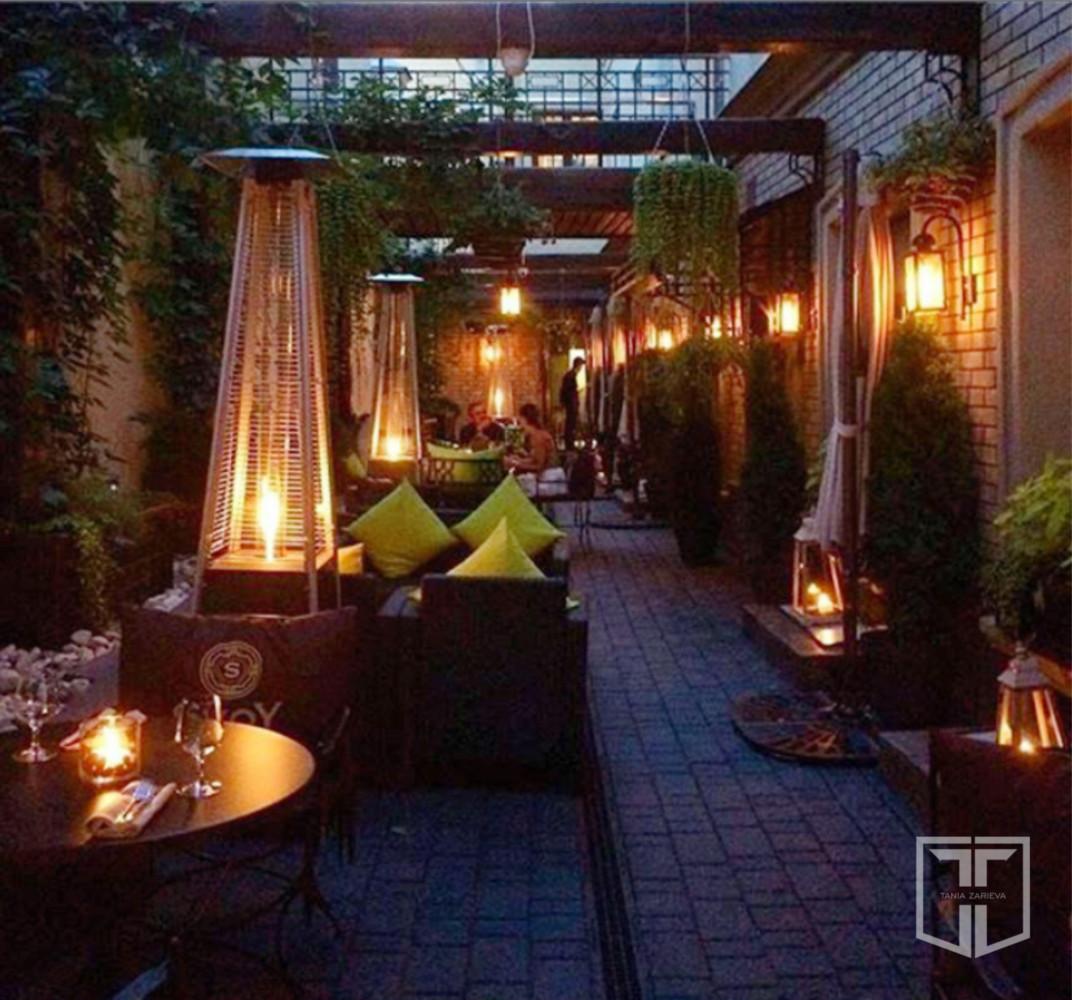 Благодаря системе освещения эта веранда просто невероятно выглядит вечером и заслуженно, по словам гостей заведения, считается одной из самых романтичных и уютных в центре Москвы.