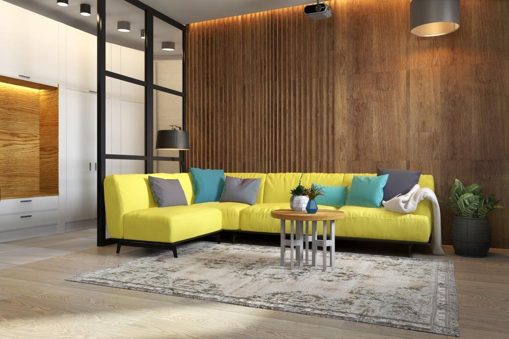 Интерьер со смелыми решениями и жёлтым диваном