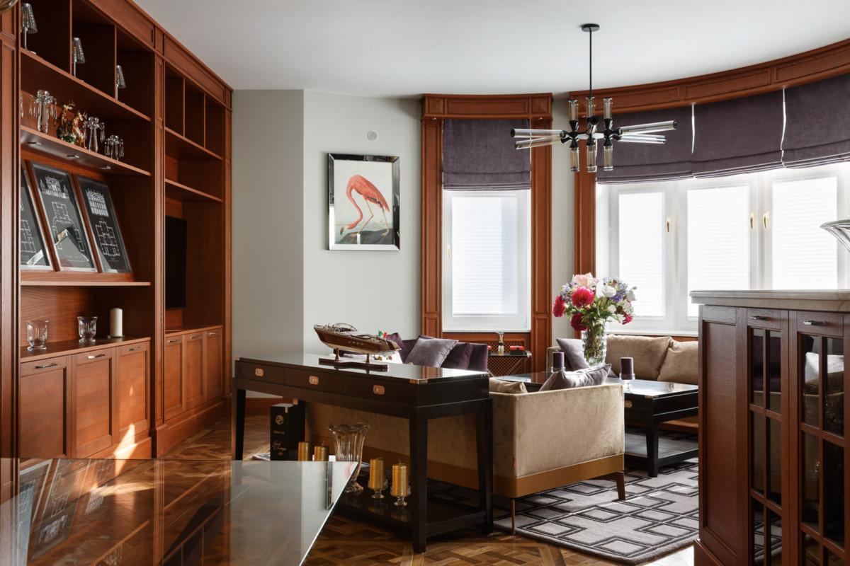 Интерьер просторной двухкомнатной квартиры с большим эркером