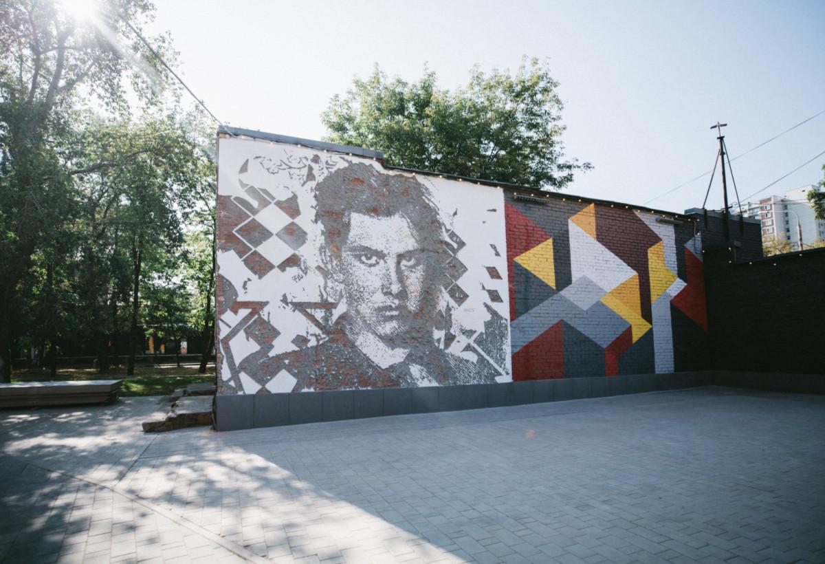 Уличный художник создал в Москве портрет Маяковского