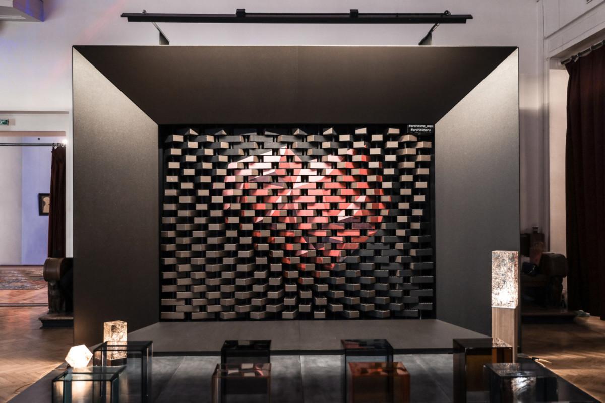 Неподвижная стена из настоящего кирпича оживает и имитирует движение ткани